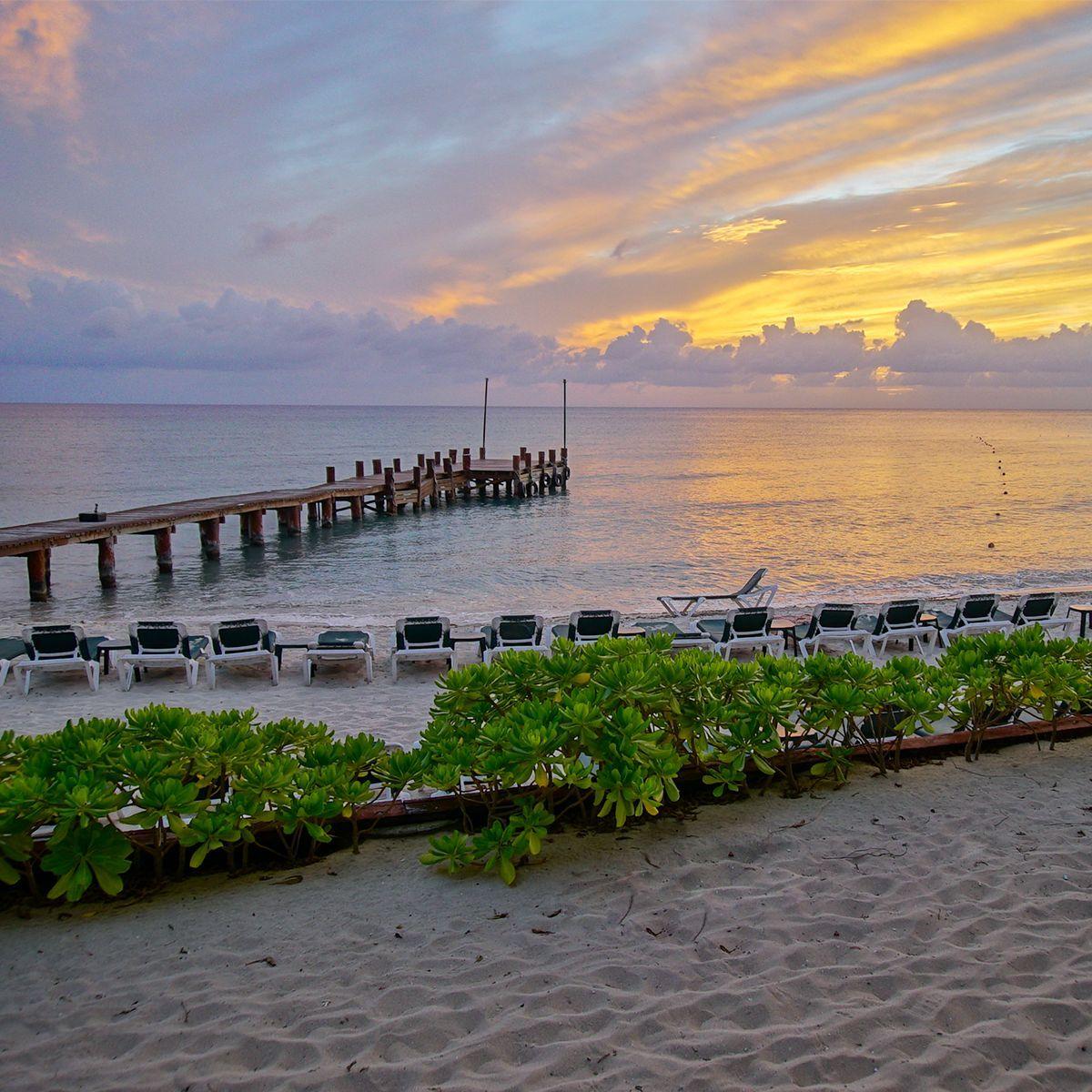 Disfruta de un atardecer en la playa en la isla de Cozumel, en el Caribe mexicano.