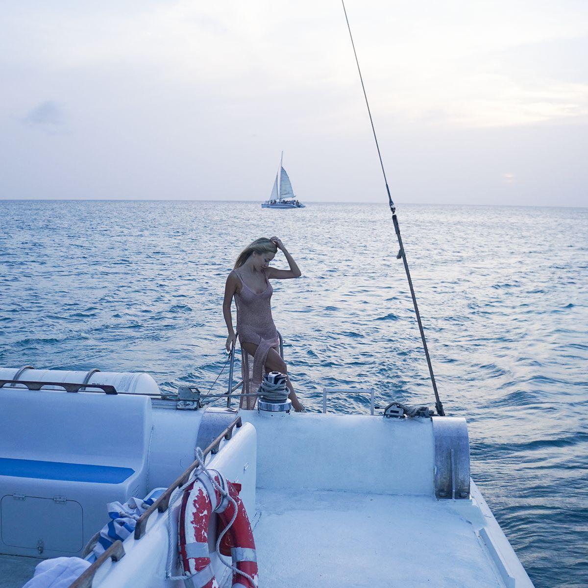 Navegar por Aruba de barco ao entardecer