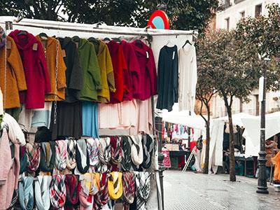 Puesto de ropa en El Rastro