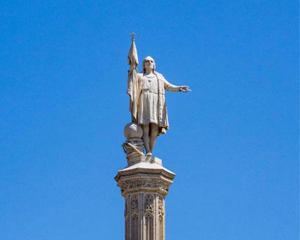 Plaza de Colón, arquitectura, cultura, gastronomía y una bandera colosal