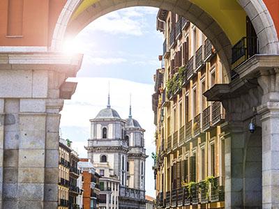 Arco en la Plaza Mayor con vistas a la iglesia de San Isidro