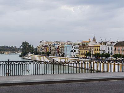 Calle Betis desde el puente de Triana
