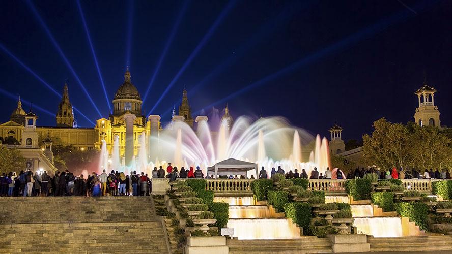 Turistas presencian espectáculo de luces en la fuente de Montjuic