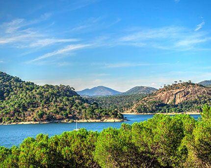 Yes, Madrid does have a beach: at the San Juan reservoir