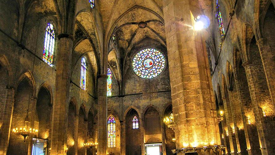 Interior iluminado de Santa María del Mar