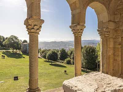 Vistas desde el interior de Santa María del Naranco