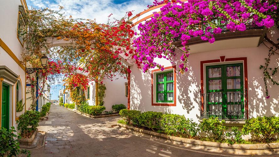 Calle con flores en Puerto de Mogán