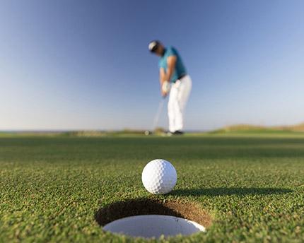 persona jugando a golf