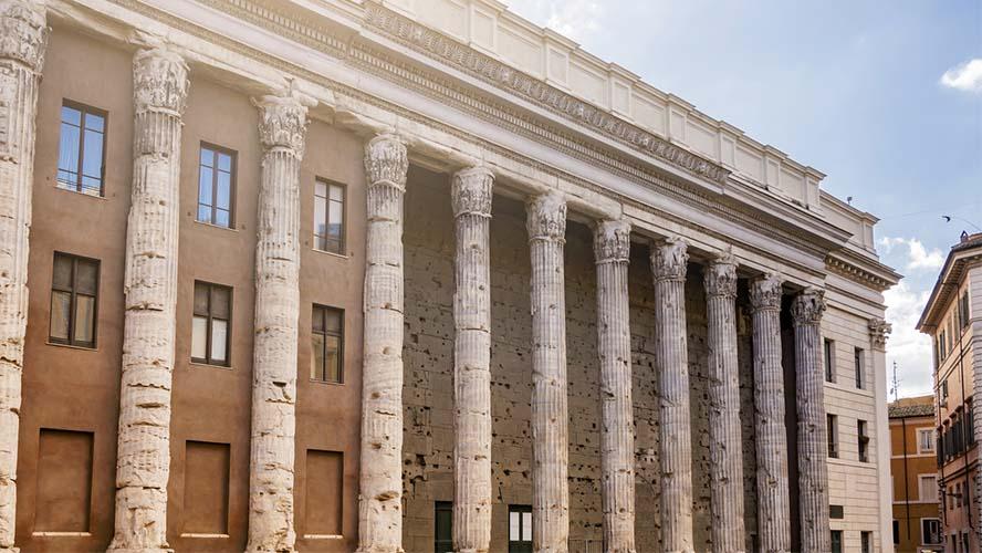 El templo de Adriano en Piazza di Pietra en Roma