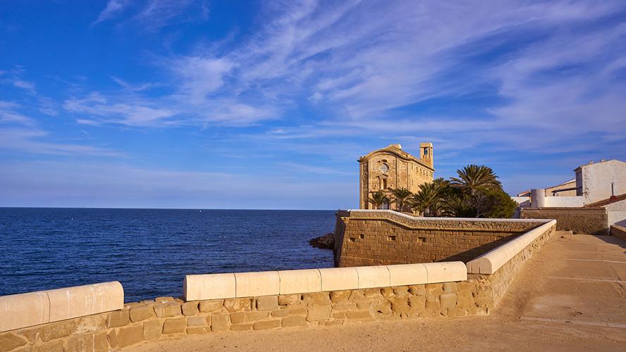 Iglesia de San Pedro y San Pablo frente a la costa