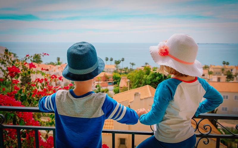 Niños asomados a un balcón