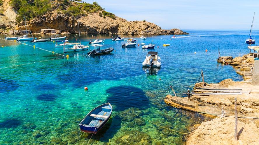 barcas en Cala Vadella.