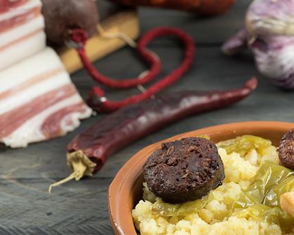 Migas de semola de trigo con carne y pimientos