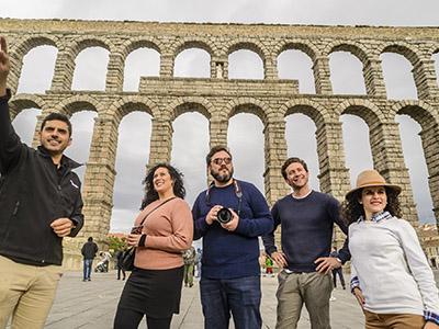 Turistas en el acueducto de Segovia