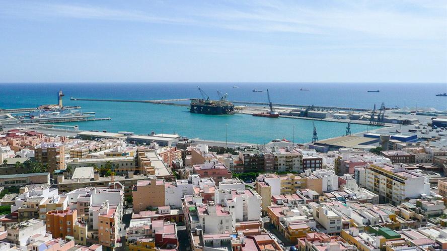 Almería y las aguas color turquesa del puerto