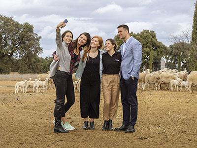Turistas con ovejas