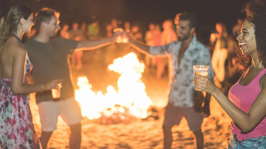 fiesta playa noche