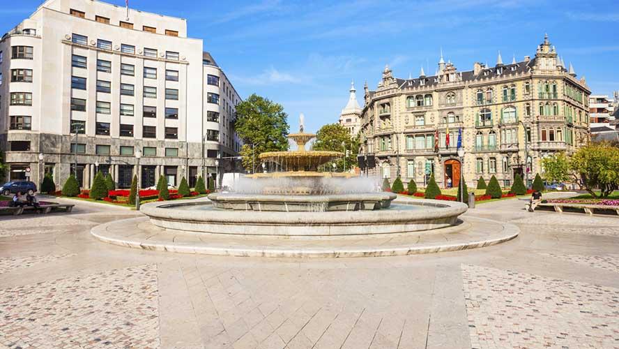 Plaza Moyúa con el Palacio Chávarri de fondo