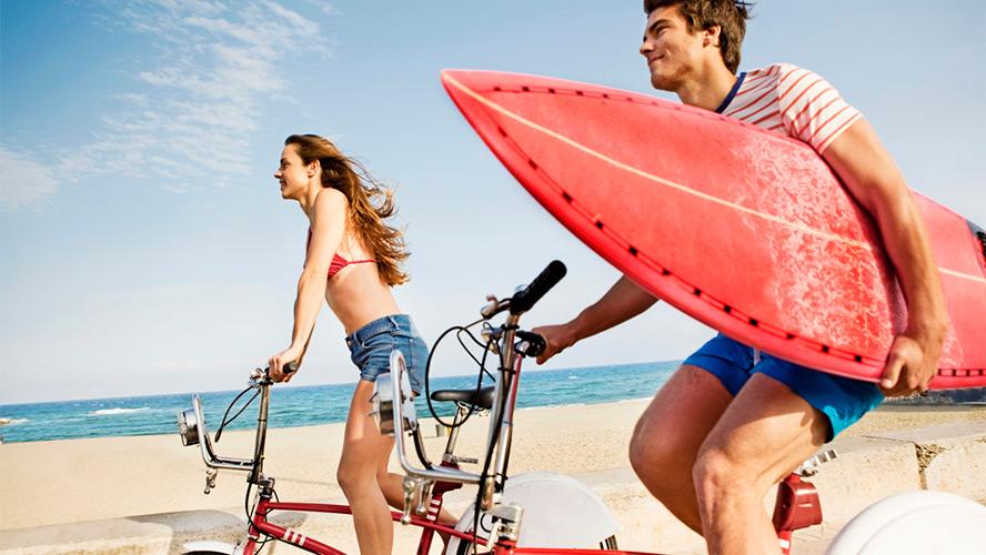 pareja en bicicleta en Formentera