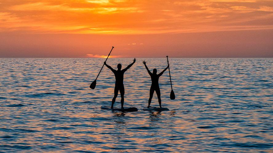 pareja paddle surf