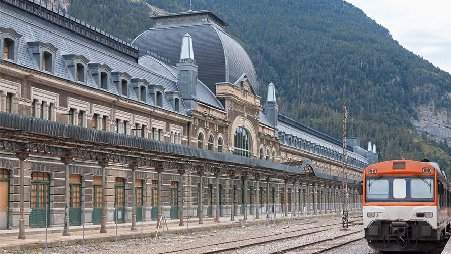 Tren de paso por la Estación de Canfranc