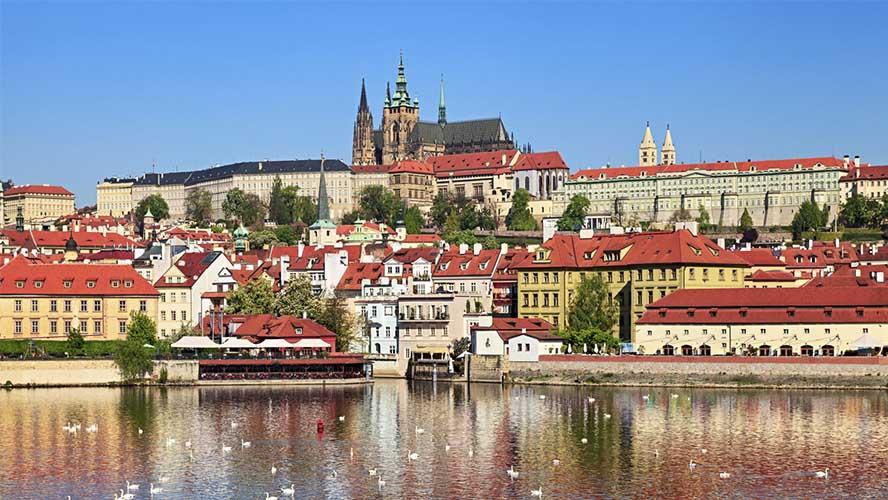 Vista general del Castillo de Praga desde el Moldova