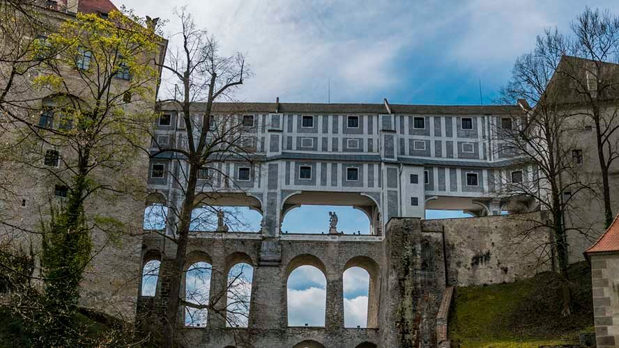 Uno de los preciosos puentes que conectan Cesky Krumlov