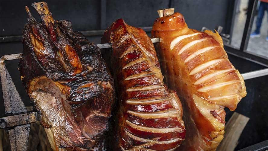 Jamones de cerdo asado es una comida callejera en Praga