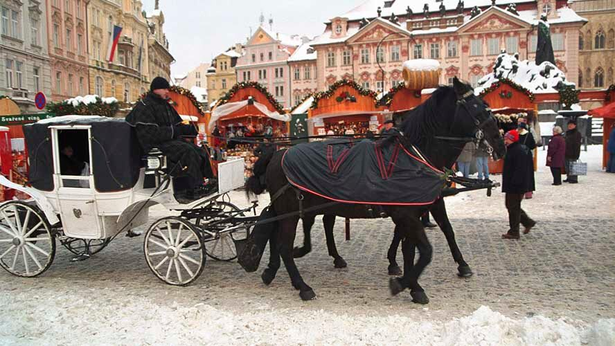 Carros de caballos en la Praga navideña