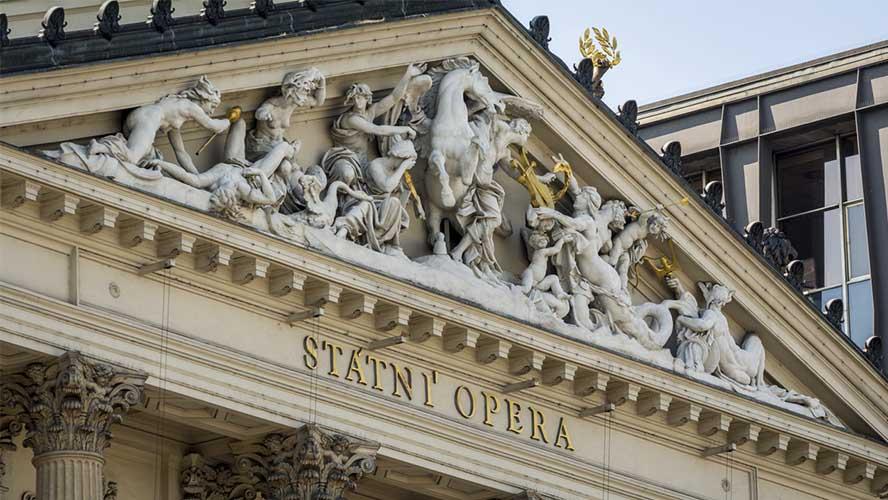 Detalles de la fachada de la Ópera Estatal de Praga