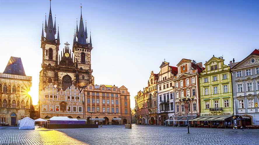 La plaza de la Ciudad Vieja de Praga al amanecer