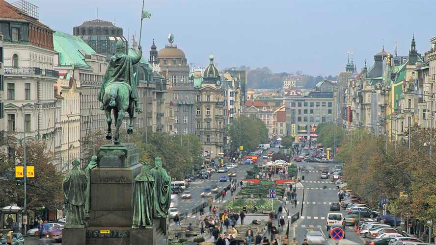 La estatua de Wenceslao preside la plaza