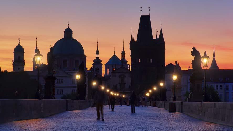 Cae la noche en el Puente Carlos de Praga
