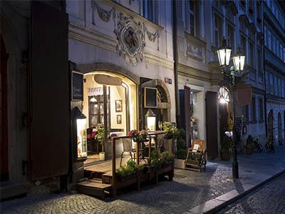Los restaurantes iluminan las calles de Praga