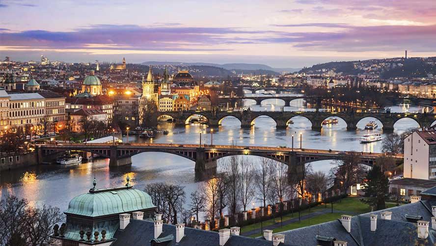 El río Moldava iluminado