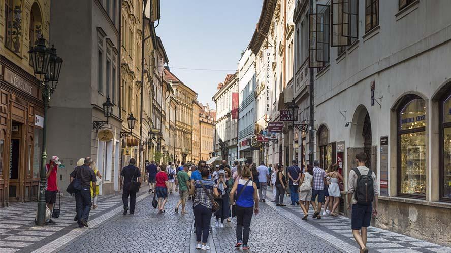 Ajetreada calle comercial de Praga