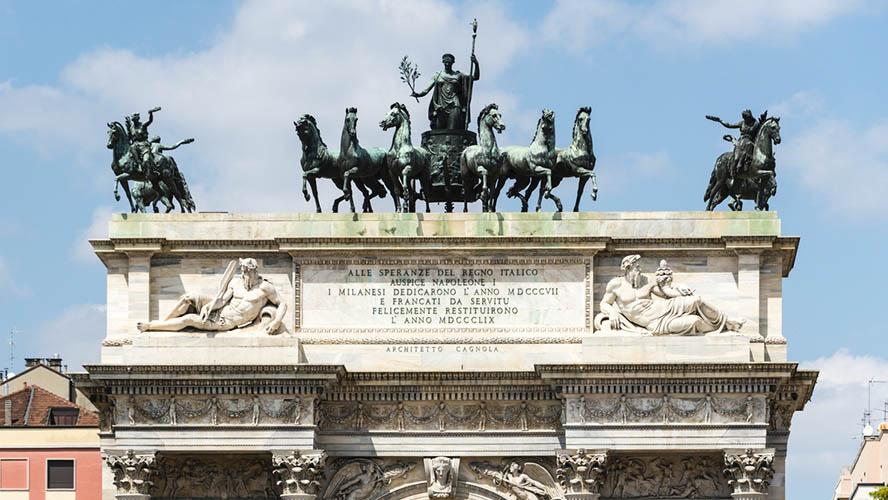 Las figuras que coronan el Arco della Pace