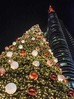 Árbol de navidad en la Piazza Gae Aulenti