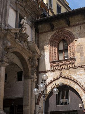 Fachadas de la Piazza Mercanti